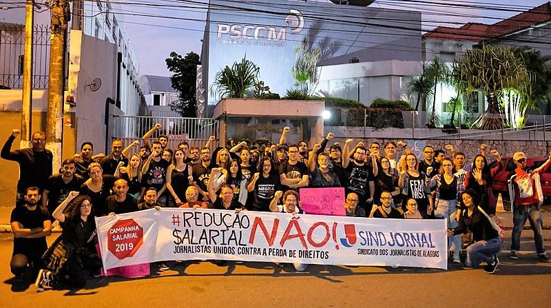Jornalistas em greve protestam na frente da TV Pajuçara, afiliada da Record em Alagoas