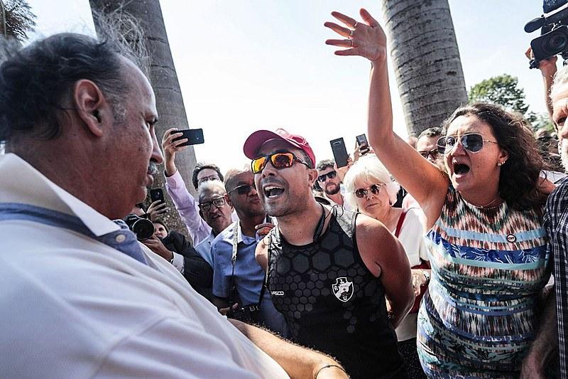 Invasores permaneceram no local por cerca de 12 horas; centenas de apoiadores de Maduro se mobilizaram nos arredores da embaixada