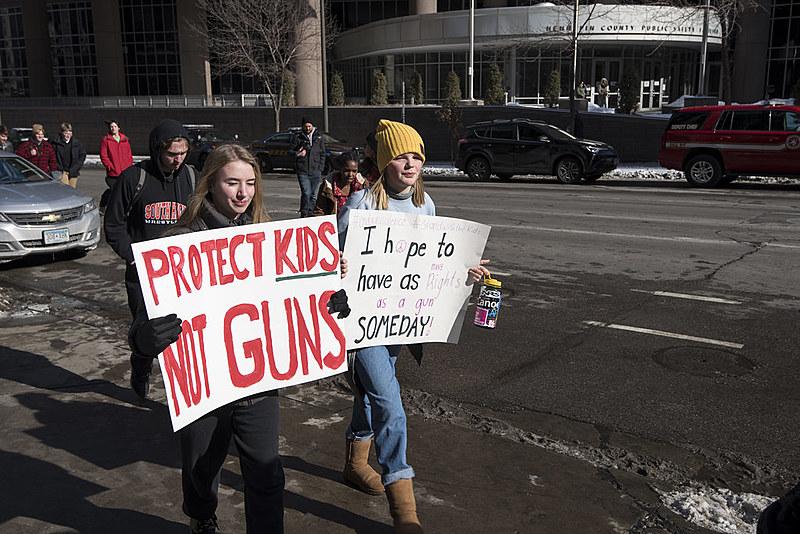 """Estudantes do ensino médio protestam contra a violência nos EUA; em um dos cartazes se lê: """"proteja as crianças, não às armas"""""""
