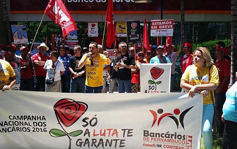 Bancários de Pernambuco fazem manifestação em Recife em defesa dos bancos públicos: compromisso com as políticas sociais