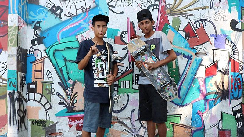 """Estudantes andam de skate em frente ao Centro Cultural Grajaú, que receberá no próximo sábado (16), a """"Virada Comunicação"""""""