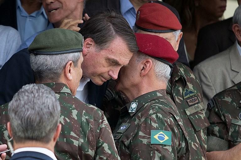 General de Exército Luiz Eduardo Ramos Baptista Pereira conversa com Bolsonaro durante cerimônia da Brigada Paraquedista