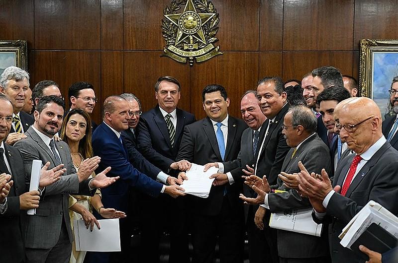 Novas propostas do governo foram apresentadas durante agenda de Bolsonaro e Paulo Guedes com presidente do Senado e aliados