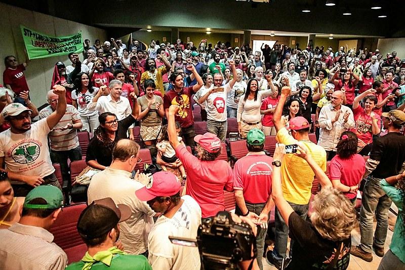 Os sete grevistas durante ato de solidariedade ao protesto, neste sábado (25), em Brasília (DF)