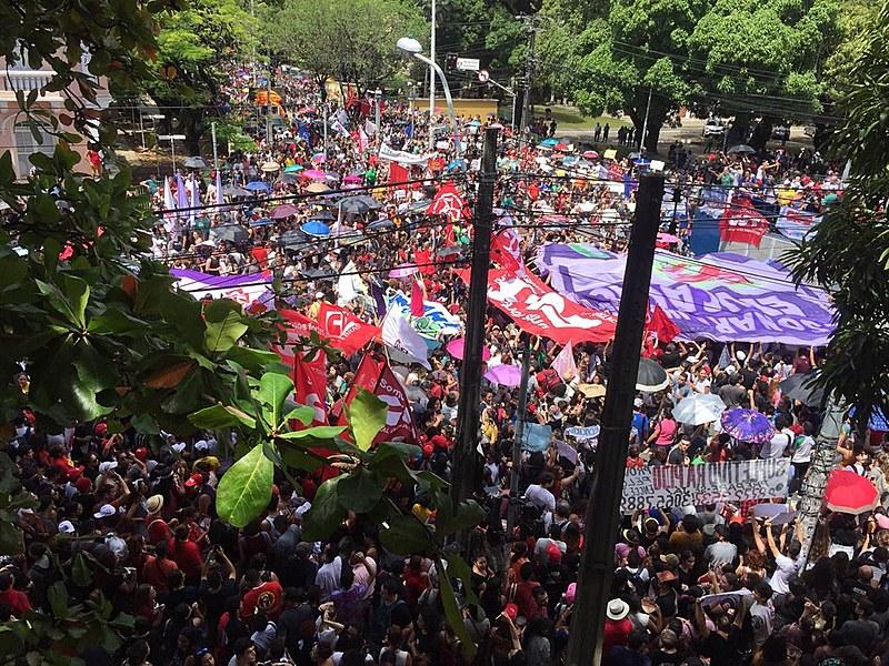 """""""Os cortes às universidades atingem diretamente soberania no país"""", afirmou um dos manifestantes"""