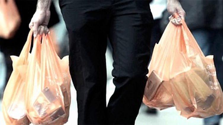Os consumidores vão encontrar dois tipos de sacolas, as verdes, para reutilizar e coletar lixo reciclado, e a cinza para lixo orgânico