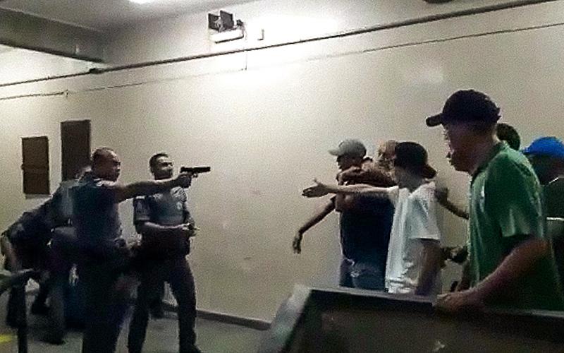policia arma escola