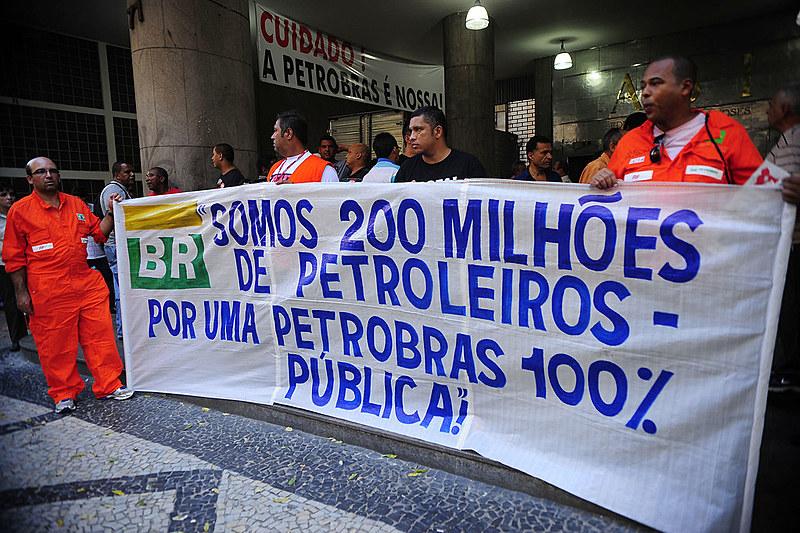 Manifestantes em protesto na frente da sede da Petrobras no Rio de Janeiro -13 de julho de 2016