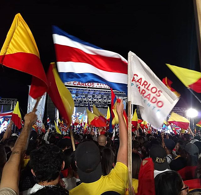 Centenas de apoiadores se reuniram na capital San José para comemorar a vitória