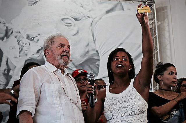 Estudante Iva Mayara devolve a Lula seu cartão do Bolsa Família; programa tornou-se referência mundial no combate à fome e à pobreza