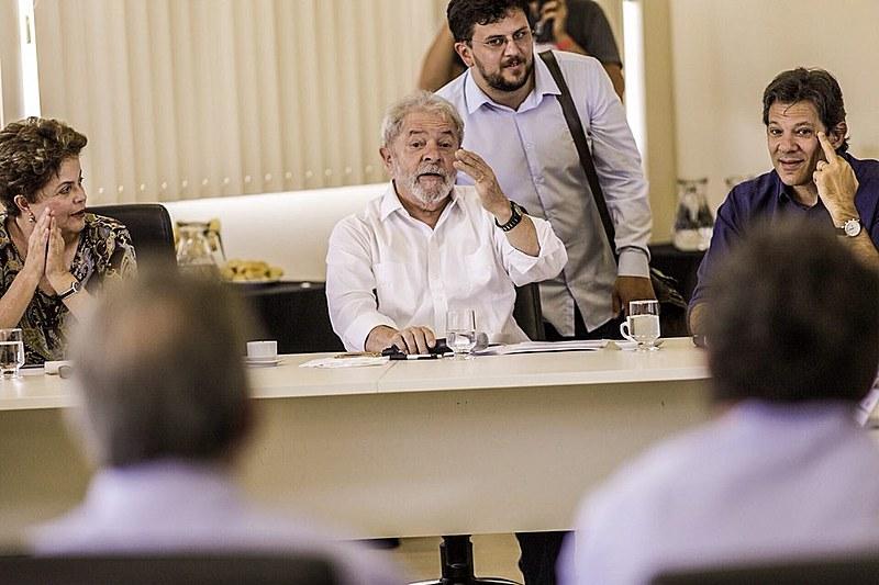 O ex-presidente Luiz Inácio Lula da Silva se reuniu na manhã de domingo (29) com representantes de universidades federais e IFES