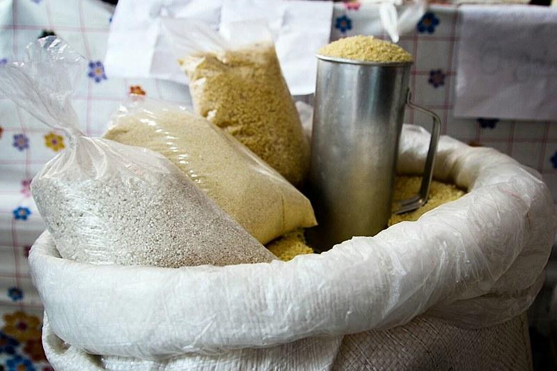 Os diversos tipos de farinha de mandioca presentes na Feira da Reforma Agrária