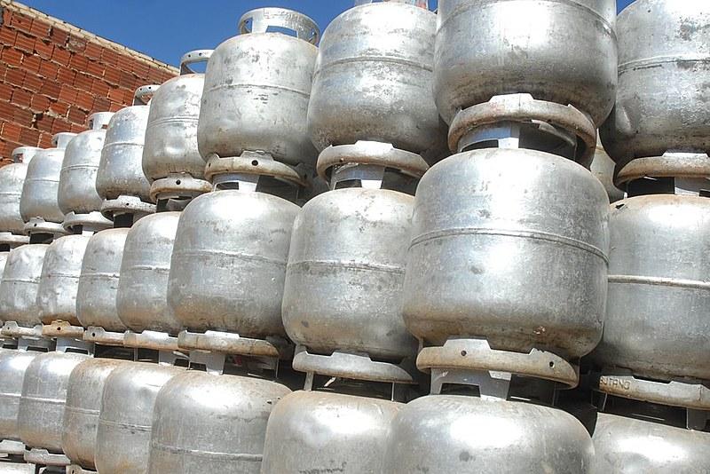 Com aumento do preço final ao consumidor, brasileiros voltaram a utilizar outros combustíveis para cozinhar, como lenha e álcool
