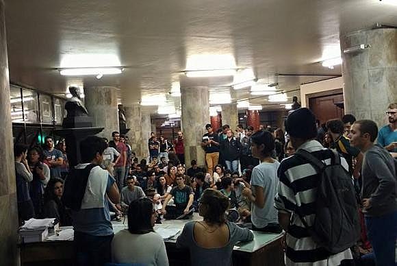 Assembleia de estudantes de direito da UFMG discute processo de impeachment