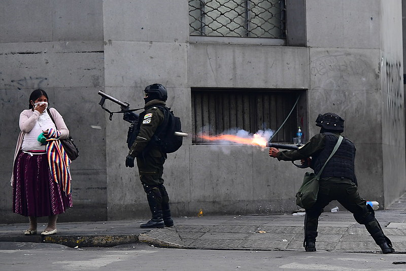 Enquanto o governo autoproclamado investe na criminalização institucional, a polícia reprime as manifestações permanentes nas ruas do país