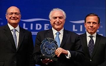 Pré-candidatos às eleições, os tucanos Alckmin e Doria perdem eleitorado por causa do apoio que dão a Temer.
