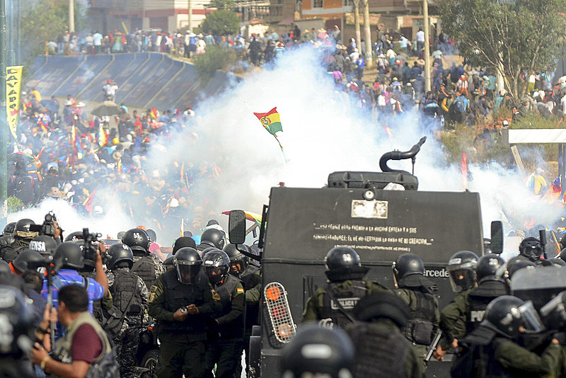 Tropa de choque boliviana reprime protesto realizado na última sexta-feira (15) contra o golpe de Estado, no departamento de Cochabamba