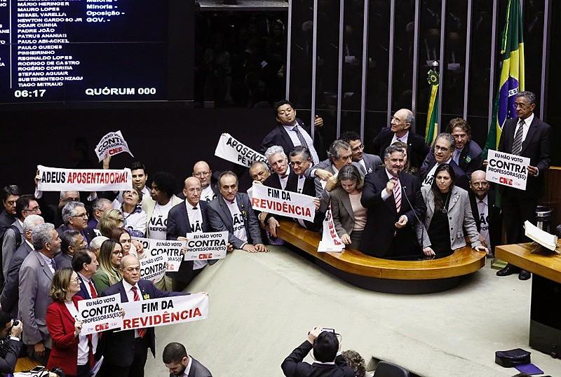 Parlamentares no plenário da Câmara dos Deputados durante sessão que aprovou reforma da Previdência em primeiro turno