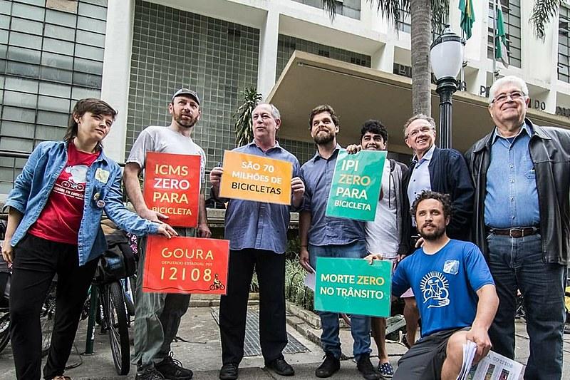 Ciro caminho ao lado de Requião e de Goura, atual vereador de Curitiba