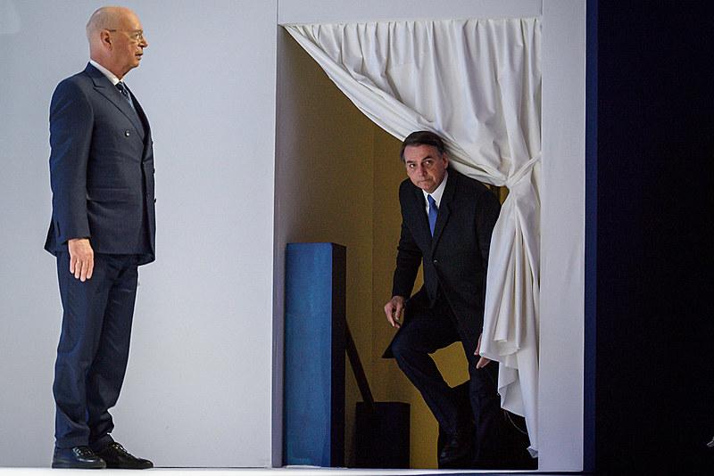 Bolsonaro sobe ao palco de Davos para sua fala trôpega de seis minutos