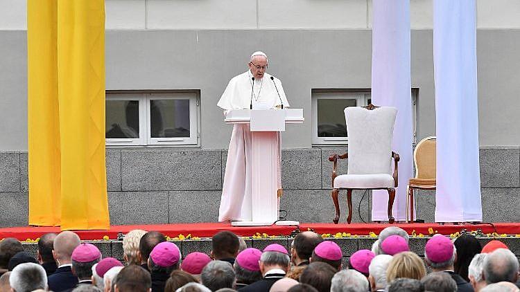 Papa Francisco discursa no pátio do Palácio Presidencial da Lituânia