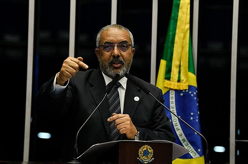"""Essa medida provisória deveria ser devolvida"", defende Paulo Paim"