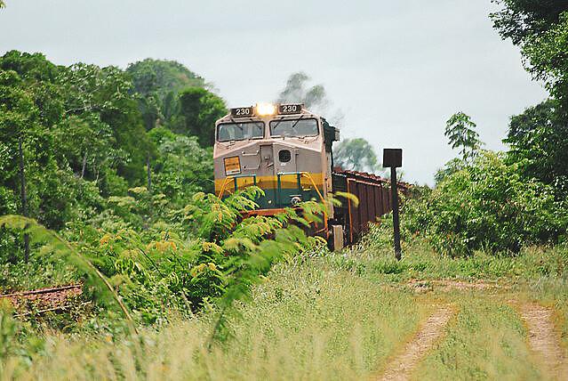 Trem da Vale que atravessa pela Terra Indígena Mãe Maria, em Marabá (PA), carregado de minérios e já matou 39 pessoas em oito anos