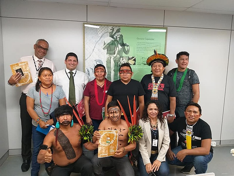 Lideranças indígenas durante entrega de protocolo de consulta no Ministério da Educação (MEC), em Brasília (DF)