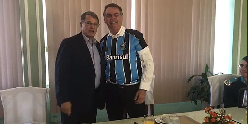 Em agosto, o comandante do Exército brasileiro, general Edson Pujol, entregou uma camisa do Grêmio para Bolsonaro