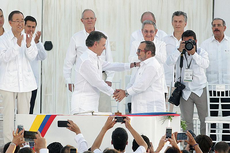 Momento histórico: Governo da Colômbia e as FARC assinam o acordo de paz em novembro de 2016