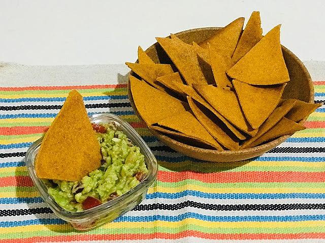Os nachos podem ser feitos também com farinha de trigo integral, mas aí será preciso um pouco mais de água.