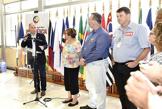 Lançamento da Frente na Assembleia Legislativa do RS contou com a presença de deputados e representantes de entidades sindicais.