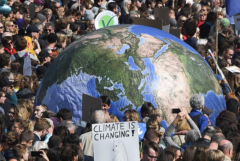 Manifestantes reivindicam medidas concretas para combater o aquecimento global e para frear as emissões de CO2