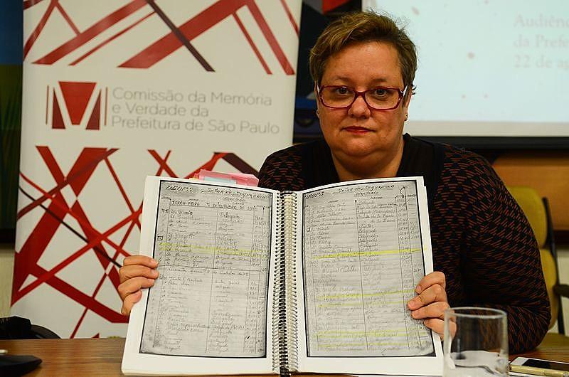 Pesquisadora Joana Monteleone mostra os livros de portaria do Dops durante participação em audiência pública da Comissão da Memória e Verdade