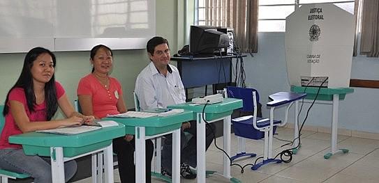 Os mesários auxiliam os eleitores com a urna e são treinados para impedir fraudes durante a votação.