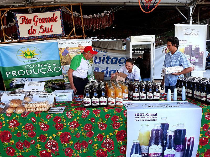 Productos de la Apecol, cooperativa del estado de Rio Grande do Sul, en la Feria de la Reforma Agraria en São Paulo