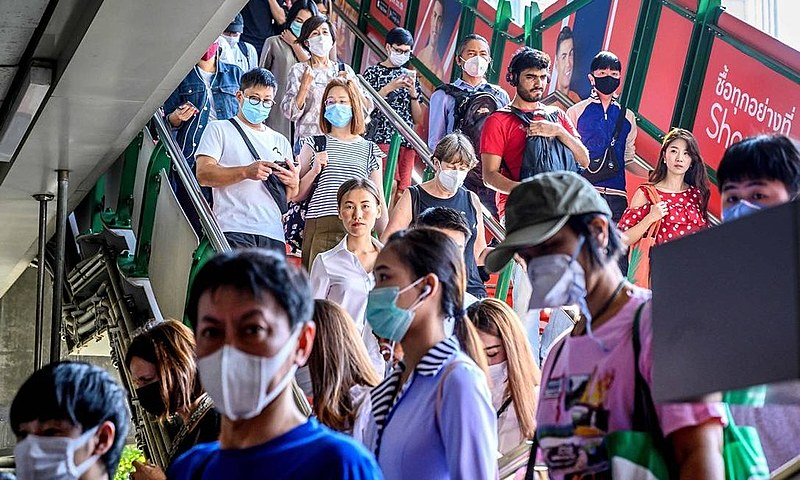 Passageiros usam máscara em uma estação de trem em Bangkok, na Tailândia; o país já registru oito casos de coronavírus