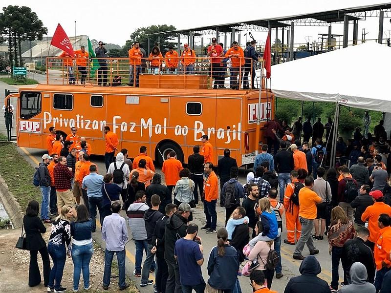 Petroleiros de diversas partes do Brasil protestaram contra a desativação da unidade subsidiária da Petrobras no Paraná
