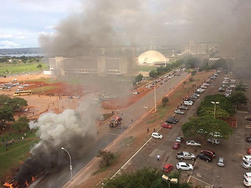 Polícia reprime manifestantes contra a PEC 55 em Brasília