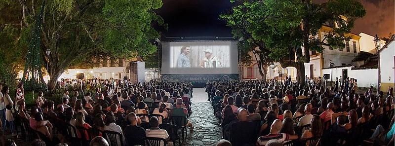 Exibição ao ar livre durante 20ª Mostra de Cinema de Tiradentes, em Minas Gerais