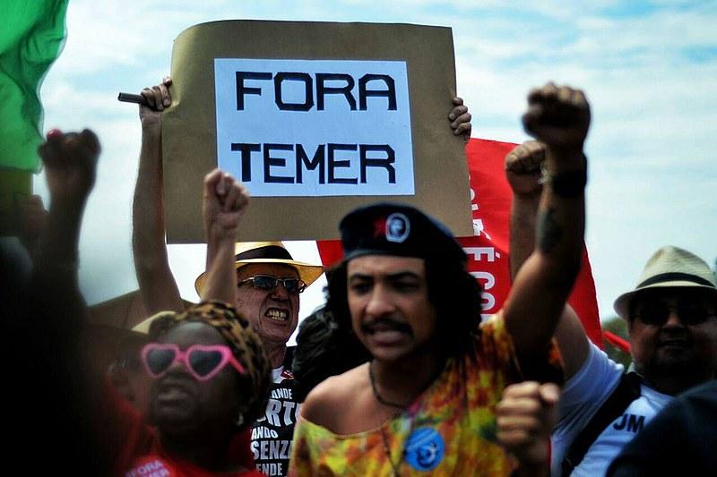 Manifestantes acompanham sessão desde o início da manhã desta quarta, na frente do Palácio da Alvorada