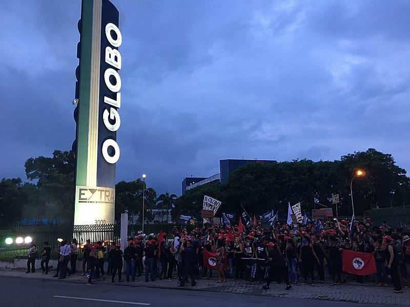 Mulheres de diversos movimentos sociais ocupam parque gráfico do O Globo na baixada Fluminense