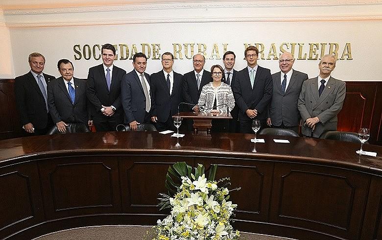 Salles (terceiro da direita para a esquerda) durante cerimônia de posse de dirigentes da Sociedade Rural Brasileira, em março de 2017