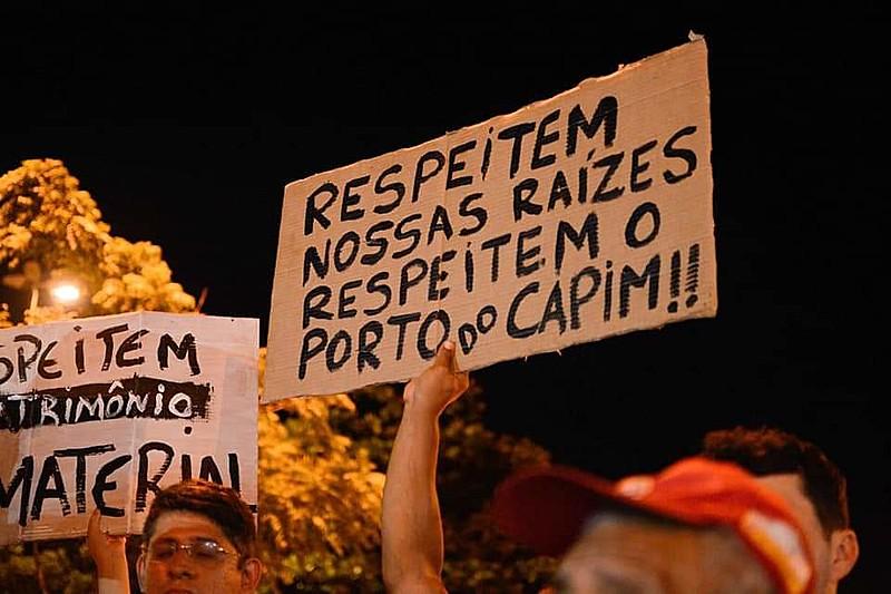 Moradores do Porto do Capim durante protesto contra sua retirada pela Prefeitura Municipal de João Pessoa.