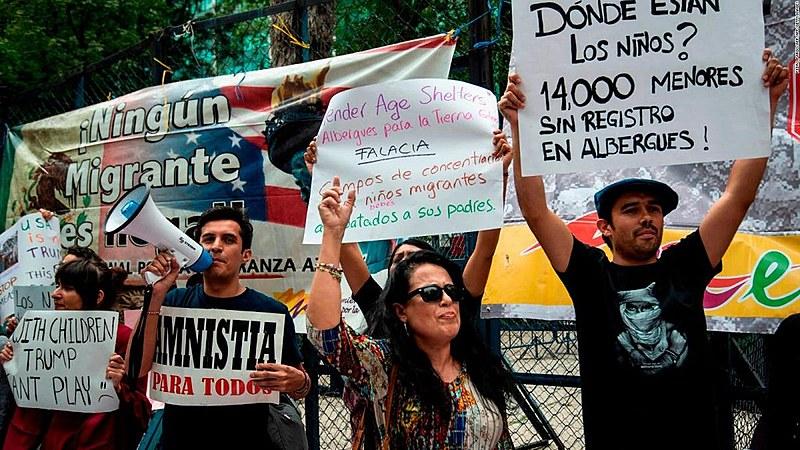 Familiares de imigrantes protestam em frente à embaixada dos Estados Unidos na Cidade do México