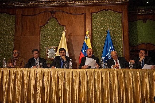 """O governo e a Mesa da Unidade Democrática (MUD) se comprometeram que as diferenças políticas """"só tenham uma resposta no estrito marco constitucional, um caminho democrático pacífico e eleitoral"""""""