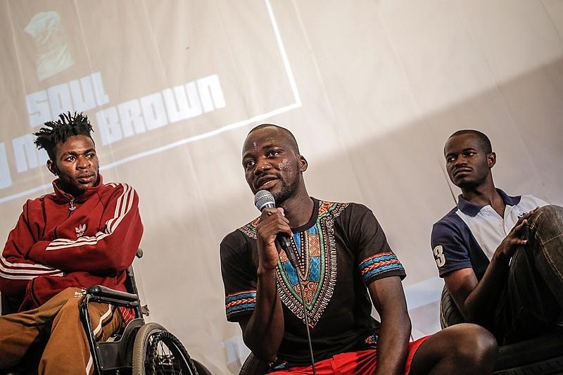 Pitchou Luambo (ao centro), congolês refugiado, é coordenador do Grists (Grupo de Refugiados e Imigrantes Sem-Teto de São Paulo)