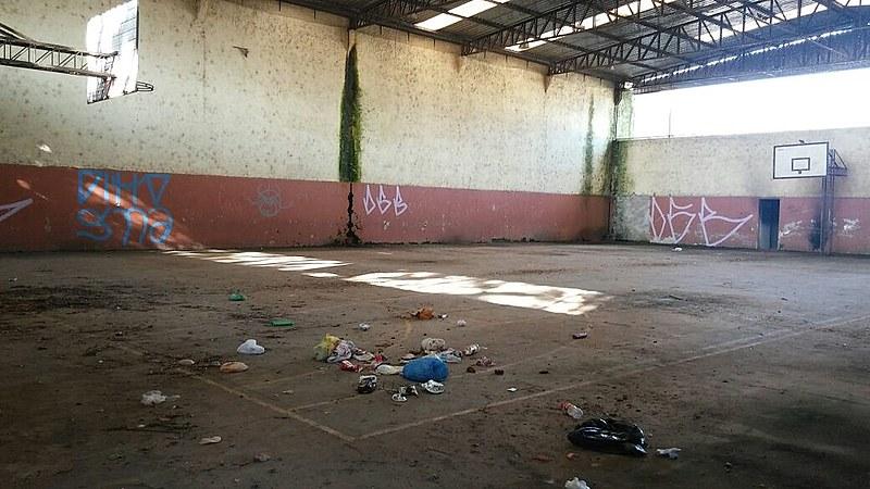 Atrás da escola Albert Schweitzer, um centro cultural está em ruínas, bem como a quadra de basquete da escola há mais de dez anos sem uso, atual depósito de lixo, que incomoda os moradores
