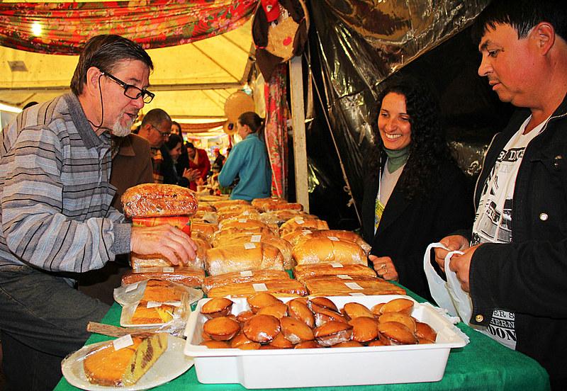 Consumidores adquirem produtos na 24ª Feira Internacional do Cooperativismo (Feicoop), em Santa Maria