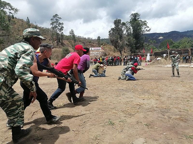 Escola de formação realiza exercícios militares com dirigentes de movimentos populares